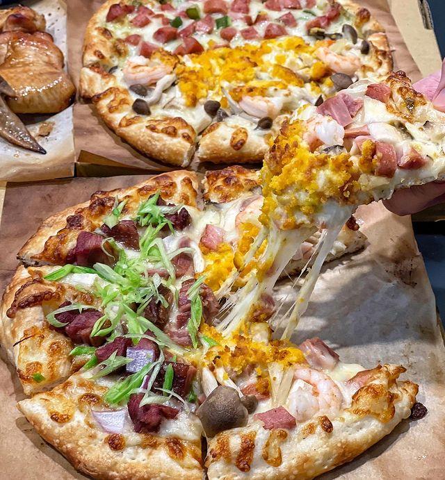 一個人的披薩 隱身在淡水巷弄內 一個人的獨享手工披薩 就算不是一群人,自己想吃也沒問題 口味滿多 鹹口味甜口味都有 還能客製做雙拼 不怕選擇有障礙😂 低溫發酵手工...
