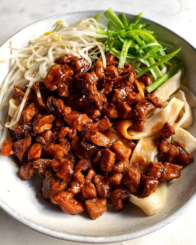老北京炸酱面Beijing style zhajiangmian: instead of ground pork, diced pork is used to m...