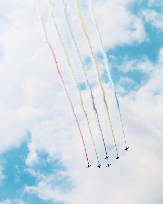 速報!日本航空自衛隊「藍色衝擊波」🛩在東京天空畫出了彩色的奧林匹克五環🔵🟡⚫️🟢🔴雖然我只拍到了直線飛行的景象,但我真的是邊拍邊發抖、感動到不行了🥺  從來日本...