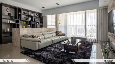 ▍客變讓我家變大了!  在格局定案之後,設計上以沙發背牆及電視主牆做為視覺焦點。而風格上,屋主期望能夠呈現如飯店般休閒、舒適的現代感。  房屋狀況:新成屋...
