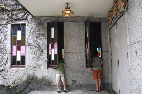新城天主堂 「ノアの箱舟」をモチーフとした蔦に覆われた教会。日本統治時代に新城神社があった場所で、敷地内には鳥居や灯籠、狛犬が残る中、奥にはマリア様の銅像も。 ...