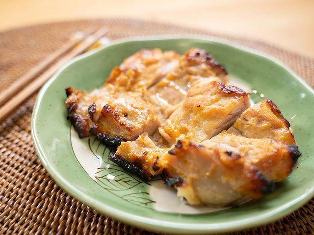 【雞腿排西京燒】 西京燒比較常用於魚料理,今天我跟雞腿肉一同烹煮,依然美味無比。  作法非常簡單,只要將肉與調味料事前醃漬,接著放入烤箱中烤熟即可。 沒有...