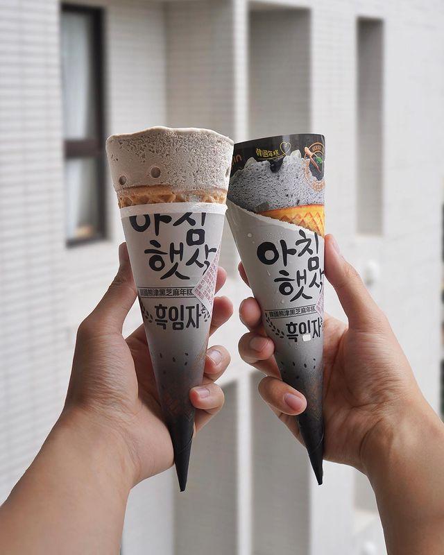 📍#逸恩拍開箱💁🏻♂ 7-11限定‼️光看包裝就直接被🔥到 韓國品牌熊津推出的冰淇淋在超商就買得到🤩 夏天就是可以不用有理由的一直吃冰😎 - 🍽#韓國熊津黑芝麻...