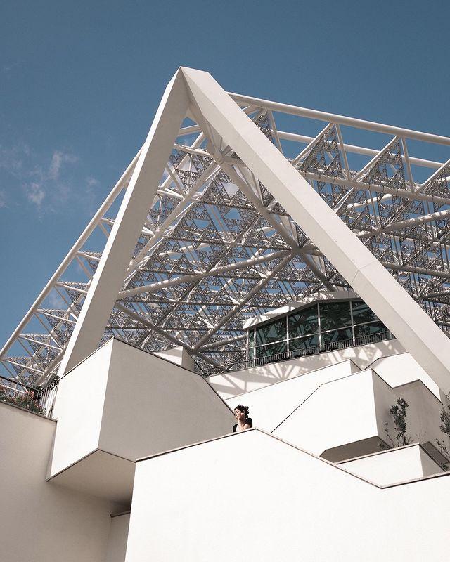 /ᴛᴀɪɴᴀɴ/市立圖書館/美術二館/15:00 ㅤㅤㅤㅤㅤㅤㅤㅤㅤ 久仰大名~ 雖然已經變成必去打卡景點。但因為建築是複雜量體構成,所以照片還是會加入自己的解讀...