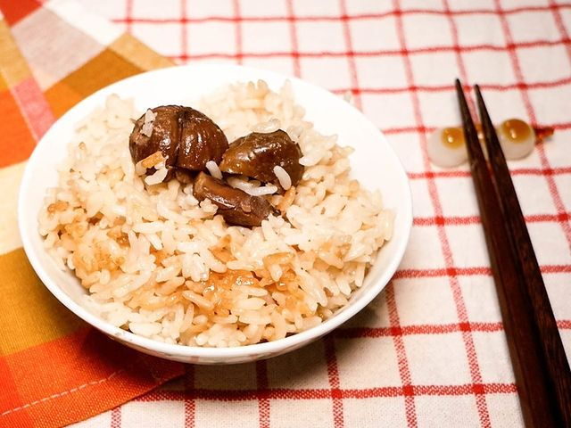【栗子炊飯】 說到秋季的美食就想到栗子,但是近年在一年當中都能吃得到美味的栗子~ 最近也時常在超市見到已經煮熟的栗子零食,相當適合拿來快速地做一鍋栗子炊飯。...