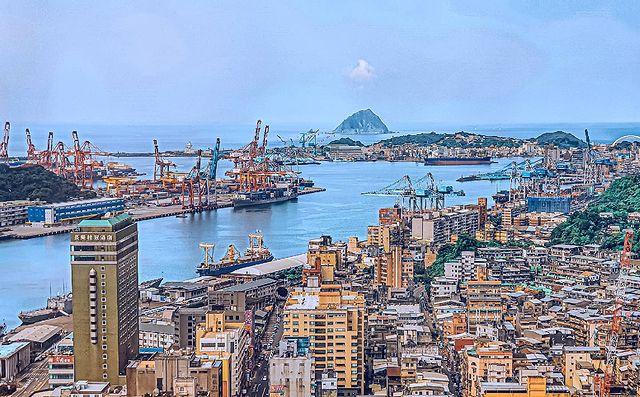 《基隆嶼》 海港的珍珠 - 多少大船小船來往口岸 閃耀著這燈火通明的港灣 妳,宛如是海港的珍珠 📍基隆港、基隆嶼 #keelung #keelungci...