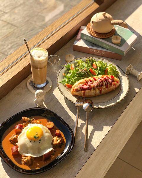 苗栗必收藏咖啡廳「拾·好時foodimemory」 於去年11月新開幕,近竹南「照南國中」,店面在轉角處 騎太快就會過頭哦~(我就是..😅) - - 🌭 肉醬熱狗...