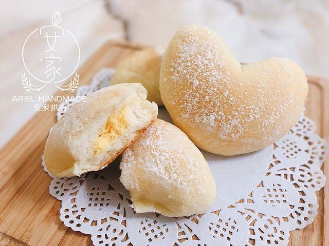 暖心小時光🧡 暨一個多月前發佈的可可小餐包 睽違已久終於出麵包新品啦🎉 這次想分享給大家的 是有著特製起司內餡的麵包🧀️ 使用100%台灣鮮乳製作 麵包吃起來...