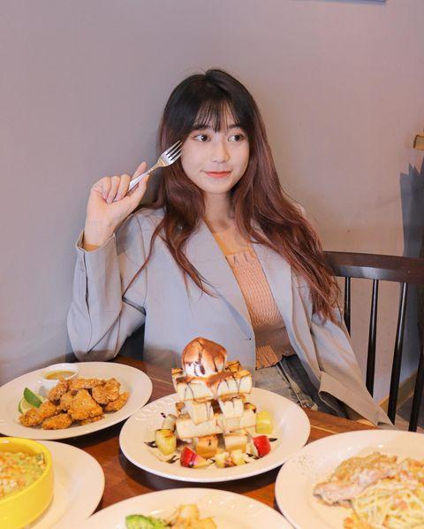 已經好久沒吃義式料理 去新竹的時候剛好去吃了慕門餐廳 裡面的菜單餐點很豐富多樣 有沙拉、炸物、義大利麵、焗烤飯、甜點、飲品 紅醬 白醬 青醬與前菜搭配的醬料 皆為...