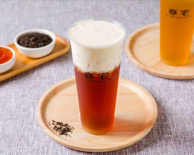 - 【芝士烏瓦紅茶】 芝士奶蓋系列, 使用來自紐西蘭紐麥福動物性鮮奶油打發而成, 吃起來不會有植物性鮮奶油的油膩感, 打發過程再加上玫瑰海鹽, 吃起來會帶有微鹹的...