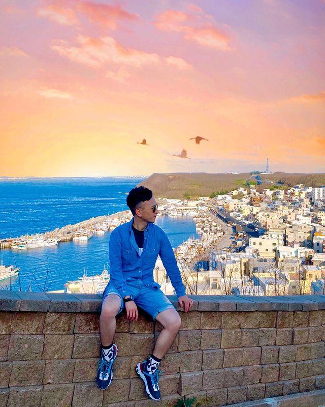 在這 充滿異國風情的小漁港 放眼望去那純白高矮交錯的房子 搭配著藍海緊連夕陽的美景 唯美的夢幻場景讓人感到如此浪漫 彷彿來到了「希臘的聖托里尼」! . 這裏其實是...