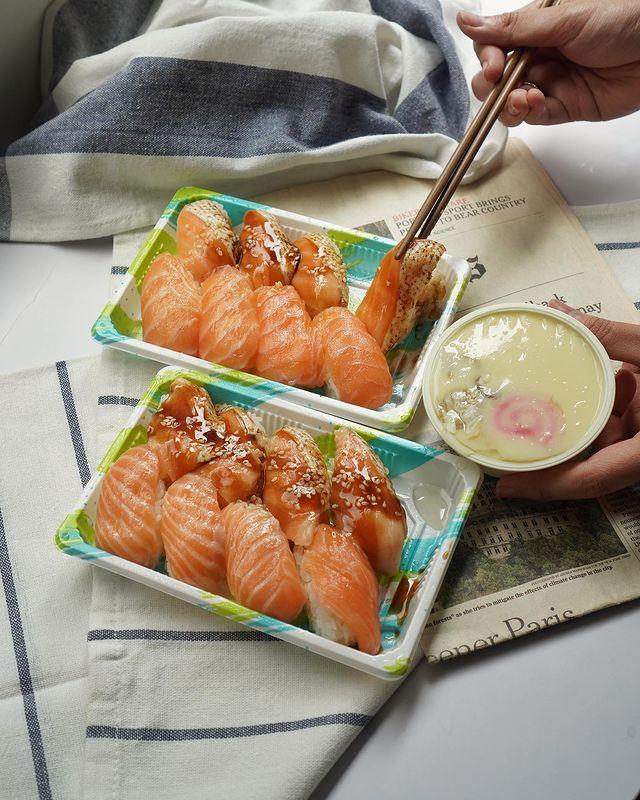 📍#逸恩吃台南東區💁🏻♂️ - 某一天小姊姊 docoa_daily 拿著鮭魚壽司外送,問我午餐吃這間好不!結果我看到照片就說,我們明天再吃~我想帶相機來拍照🥺...