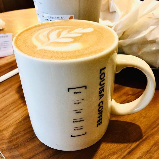 防疫期間翻舊照🌸路易莎咖啡Louisa Coffee🌸平價咖啡廳👏 全台可見的咖啡廳,終於某天去嚐鮮😋餐點附上木製托盤,就是要讓人拍的呀🤣 ⭐️疫情優惠滿20...