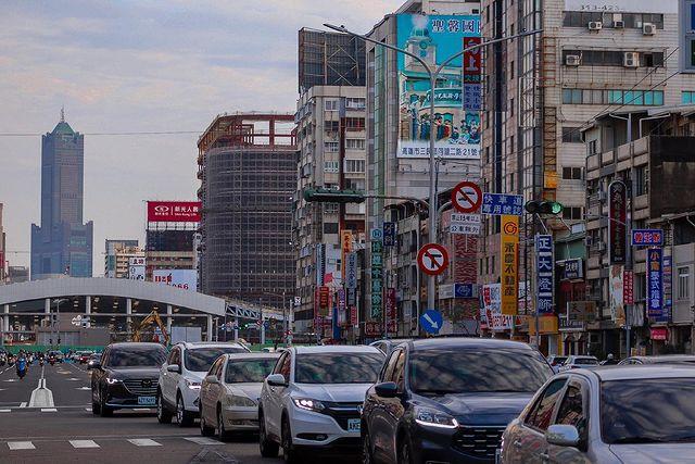 . 來一張高雄街頭日常🚶🏻♂️ . . . 拍攝日期:109/3/5 拍攝地點:高雄市區 . . . kaohsiung.bravo kaohsiung_cit...