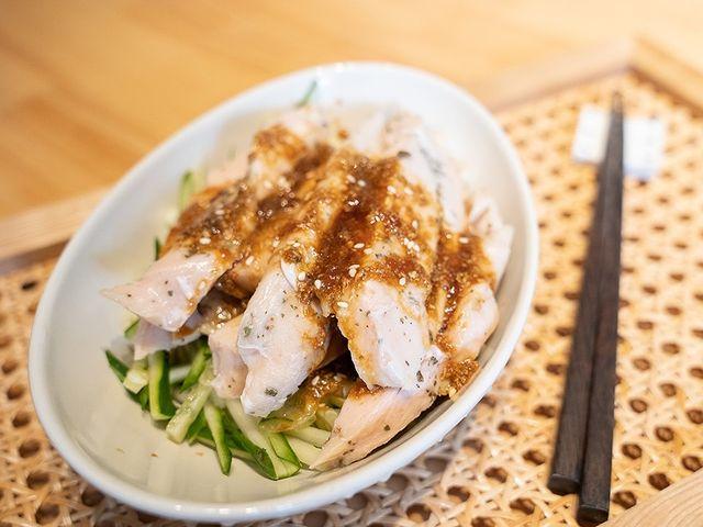 【舒肥雞料理,口水雞】 一般的口水雞用的是雞絲,這次我想介紹利用嫩嫩的舒肥雞做成的口水雞。 作法很簡單,最重要的醬汁調勻,剩下就是擺盤而已。 吃膩外面買來的...