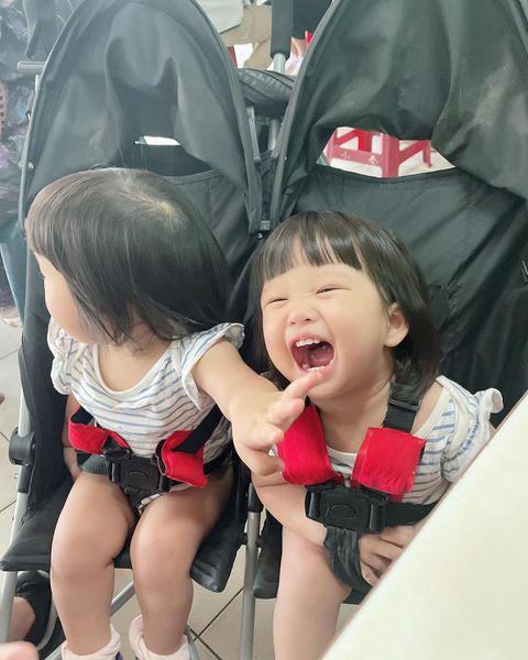 🎀台南🎀 雖然帶2隻出門是種自虐行為 還是帶出門創造回憶吧 台南太陽太熱情 QQ戶外時間都臭臉😂 VV對於玩水這事感覺很新鮮❤️ #異卵雙胞胎 #雙霏...