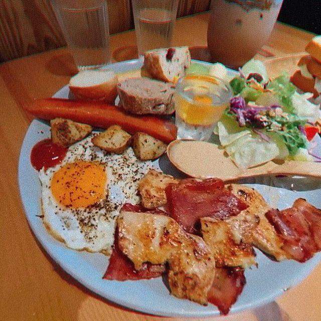 - ² ⁰ ² ¹ ⁰ ³ ² ⁰ #基隆早午餐 對面就是正濱漁港有彩色房子 可以拍照~~ 綜合肉總匯大盤餐,很好吃雞胸肉很嫩 花生醬勁辣雞腿吐司,給他💯分~~...