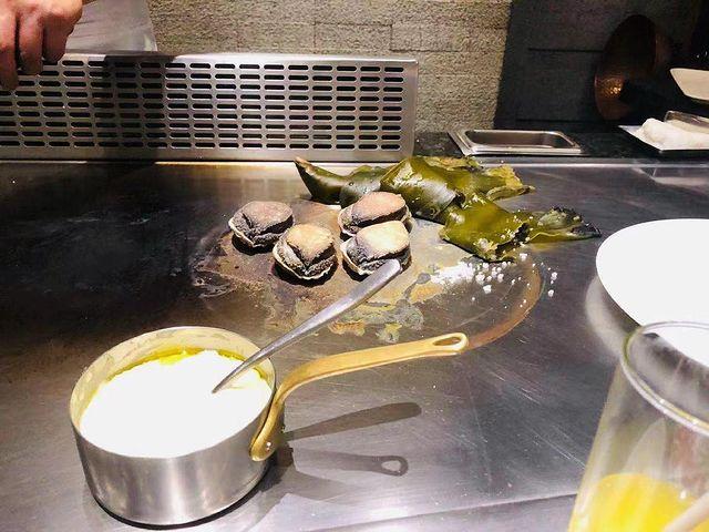昆布鹽悶鮑魚,讚 鐵板燒必點菜色之一,鮮嫩的鮑魚與特調的醬汁,大受歡迎的料理菜色。 #台北 #台灣 #台灣 #taiwan #taipei #taiwanfoo...