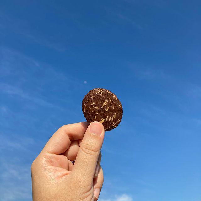 宅在家救地球的日子,來一片杏仁巧克力餅乾當下午茶。一起努力守住這波,一定會像這片餅乾一樣,圓圓滿滿的。 我們也在努力思索著如何繼續提供好吃麵包甜點給大家的方式,...