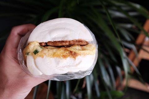 金山找咖啡的肉蛋饅頭早餐正式上線,醃製入味的肉排搭上滿滿的蔥花蛋,讚啦!! 最近疫情緊張,可以先打電話去訂購外帶 金山找咖啡:jinshan_cafe -...