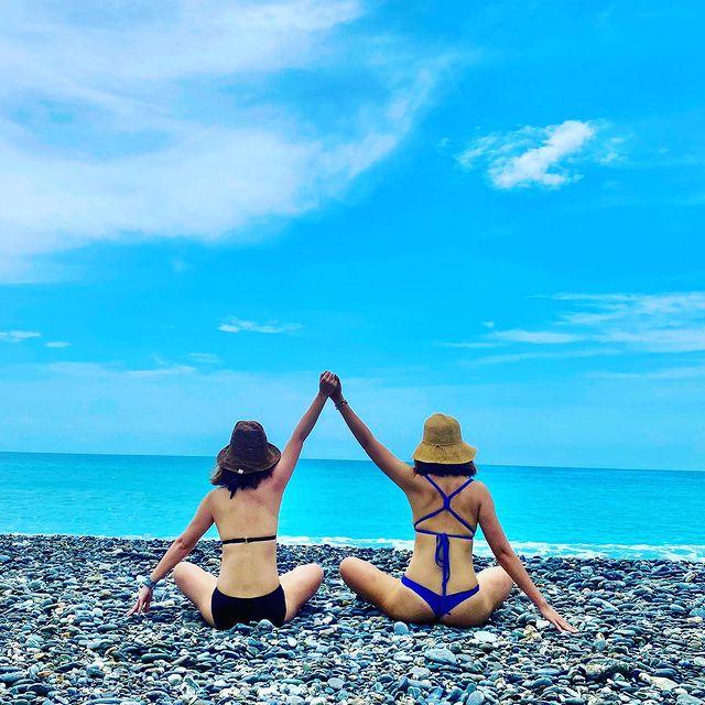 花蓮 曼波海灘 一個需要通過類似秘境才有辦法到達的海邊,很多人來這邊騎沙灘車,拍天空之鏡,以及跟疊好的石頭們拍照。而我,只是想找一個地方可以跟我的好姐妹拍出可以回...
