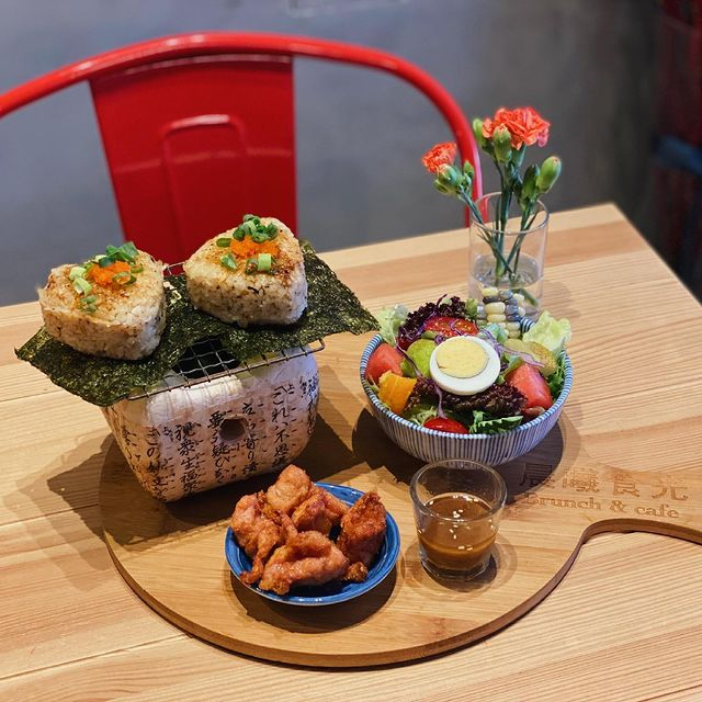 【晨曦食光 - 鮭魚飯團】 腦海常常都在想怎麼呈現餐點給客人,讓客人看到就會有股衝動! (那種我要吃!我想吃!的那種感覺😝) 所以新餐點可能出爐了,擺設還在卡住🤣...