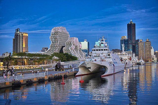 大港橋傍著不遠處的高雄地標85大樓與海洋文化及流行音樂中心,彼此呼應融合,讓人感覺置身異國街頭,駐足其中看著光影變化,景色之美完全不遜於維多利亞港,難怪一完工啟用...