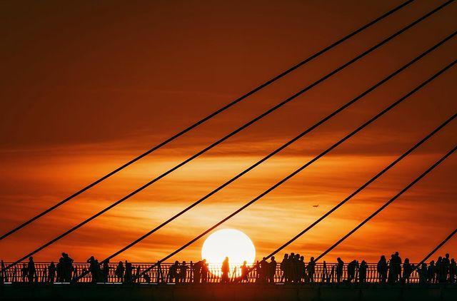 「輕輕的把太陽放在橋上」#repost 夕落時分,人們同時有向光性,大家拿起手機相機面著同一個方向,台灣的美麗風景讓人們的心凝聚。 sonytaiwan ...