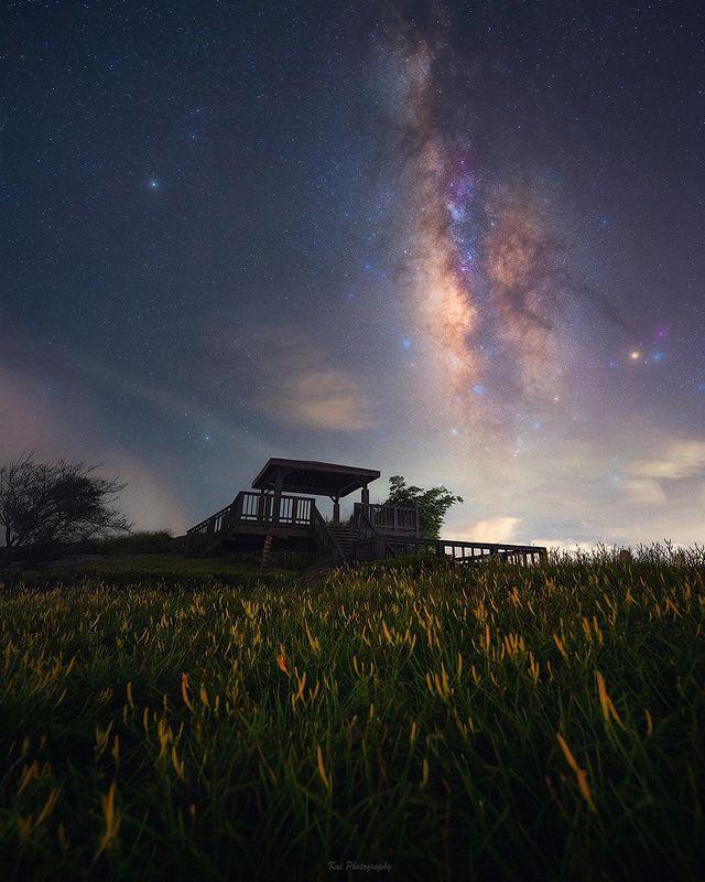 📷 【忘憂亭】 - 那天假日人潮都散去了以後 忘憂亭上僅剩我們還在吹風等待 濃霧散去是短暫露面的銀河 而後來了一團攝影人且天空又蓋了頭 僅僅短暫的清靜空檔去完成 ...