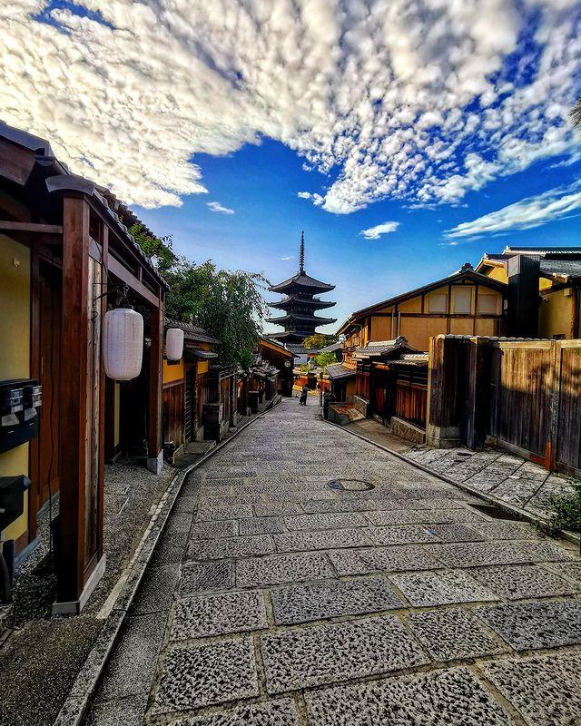 【 #京都旅行 #八坂の塔 #祇園 】 夏の京都も終わり、 だいぶ秋へ。 一ヶ月後には、山あいから 紅葉が始まりますね🍁 楽しみです☺  【#kyototr...