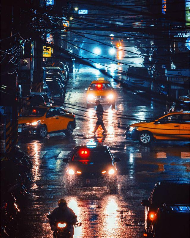 「雨都基隆的夜晚」#repost 或許有些人覺得基隆市容凌亂,但我認為沒地下化的電線桿、狹窄的山路、爭先恐後想探頭的招牌、盤根錯節的電線及亂中有序的違停(?)還...