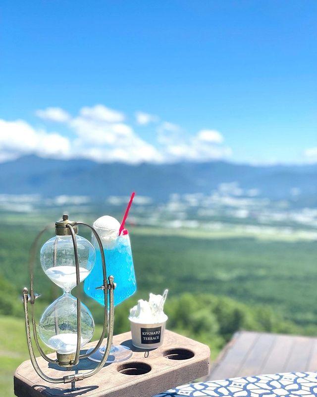 ・ 八ヶ岳ブルーの空に映えるクリームソーダ✨ 大自然の景色を堪能しながら飲むドリンクは格別な味😌 ・ mii___0717 さん素敵なお写真ありがとうございました...