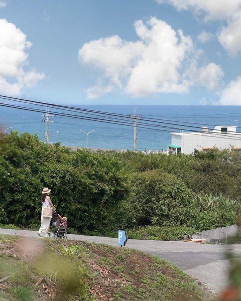 因為地勢比較高的關係 雖然其實離海有一小段距離還是坐擁無敵海景 連往停車場的路上也很美啊~ (馬尼拔表示有停車場真的很棒😆) - - - - - - #台灣旅遊...