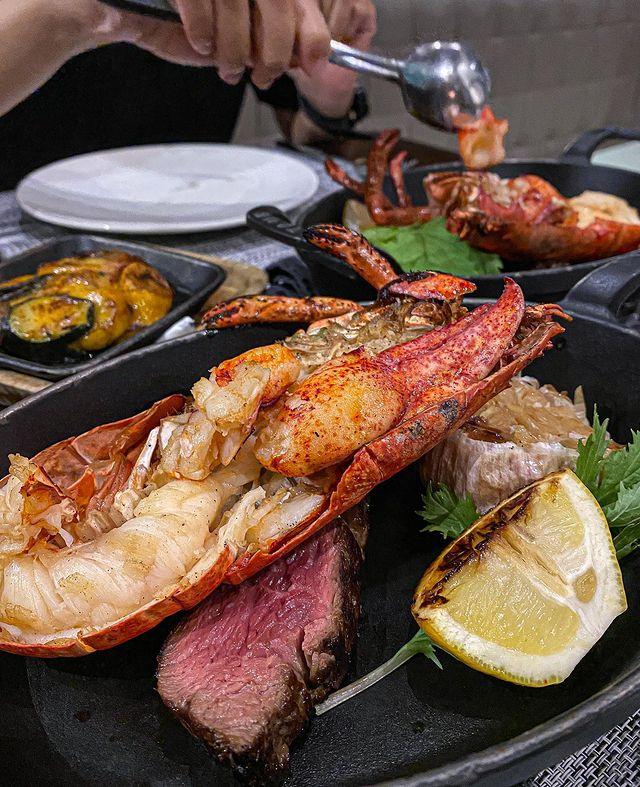 這間是位在竹北的「藍佐牛排館」 開放內用後 能好好享受店家提供的用餐服務 這次選擇「頂級海陸雙重奏」 爐烤龍蝦和美國老饕牛排一次到位 印象特別深的是 外觀像「...