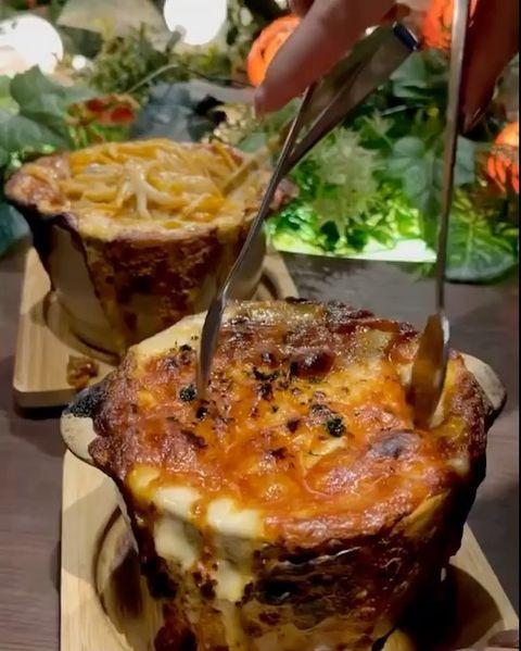 【Giraffe Monochrome】 福岡県北九州にある、非日常空間でイタリアンやスイーツが楽しめるレストランをご紹介! こちらは 焦がしチーズの窯焼きボ...
