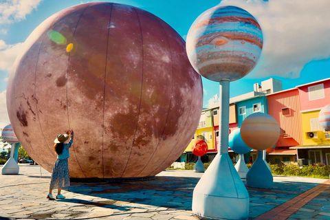 冬山車站前廣場的一顆10米高粉紅色月亮簡直可愛炸了 身邊還有12顆小行星陪伴著 (提醒太早小行星沒有充氣哦!) 不同於夜晚 白天搭配上旁邊馬卡龍色的民宅 繽紛色彩...