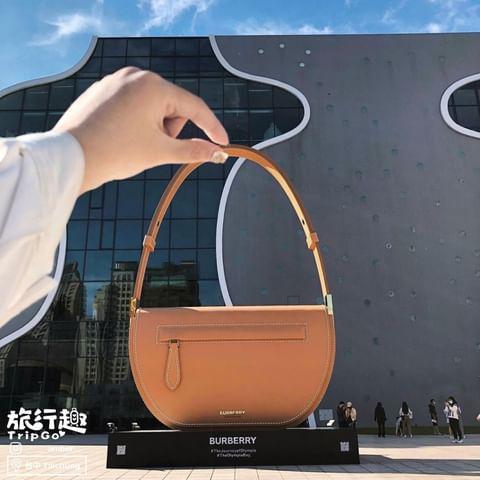 👉burberry打造Olympia包款的超大型裝置藝術高達11公尺🥰 從倫敦代表性泰晤士河展開 然後到杜拜以及新加坡 現在抵達台灣 現身臺中歌劇院戶外廣場 趕快...