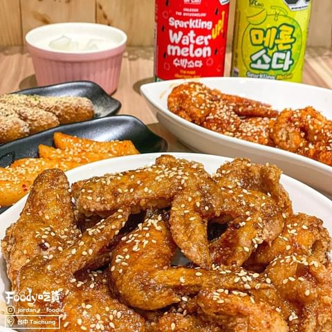 🖤喜歡韓式炸雞的朋友們絕對不能錯過✨ 炸雞外皮酥脆肉質多汁又鮮嫩❤️ 還有超多種口味可以選擇!! 辣味紅釀、蒜味黑釀、蜂蜜香釀、去骨醒腦青蔥想要的通通有 蒜味黑釀...