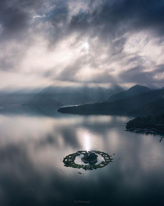 📷 【拉魯島】 - 沒有日出給了個耶穌光 照耀在島上 那個畫面很像潑墨山水畫 - Camera / Mavic pro 2 . . #台灣#輕旅行 #台灣景點 #...